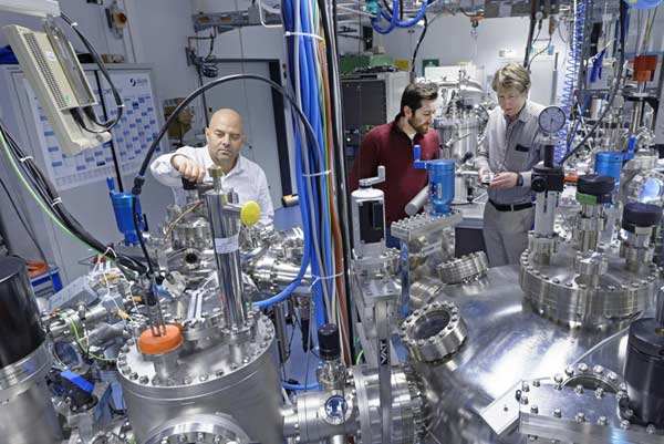 Dr. Ilia Valov (left) in the Oxide Cluster at Forschungszentrum Jülich, where the team's experiments were carried. In the background are Michael Lübben (center) and Prof. Rainer Waser (right).