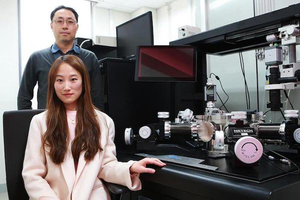 Professor Jae Eun Jang (rear) and Ms Su Jin Heo (front) next to their experimental setup which enabled them to observe how cracks form in thin flexible conductors.